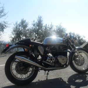 Another Slippery Sam on a Triumph Thrux, this time from Italy